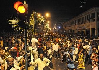 Des habitants d'Abidjan pr�s de la lagune Ebri� le 1er janvier 2012