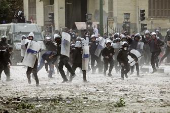 La police anti-émeute charge vers des manifestants le 3 février près du ministère de l'intérieur pour protester contre la mort de 73 personnes lors du match Al Alhy Al Masry