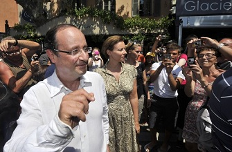 François Hollande et Valerie Trierweiler avec les touristes et habitants de Bormes-les-mimosas le 3 août 2012