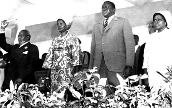 Idi Amin (2ème à partir de la droite) avec l'ex-président kenyan Jomo Kenyatta (extrême gauche) et leurs épouses