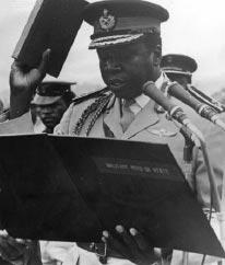 Amin Dada prêtant serment le 2 février 1971 : il est le nouveau maître de l'Ouganda