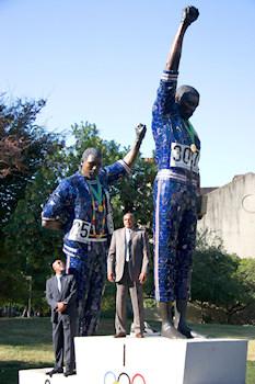 La statue immortalisant le geste de Tommie Smith et John Carlos sur le campus de San José State University