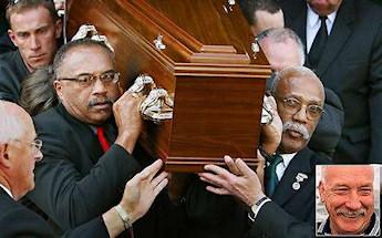 Tommie Smith et John Carlos transportant le cercueil de Peter Norman en octobre 2006. L'athlète australien les avait soutenu sur le podium en 1968