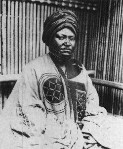 Intelligent, ambitieux, innovateur en de nombreux domaines, Njoya ici photographié en 1912 est considéré comme un souverain exceptionnel