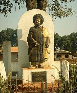 Une statue érigée en l'honneur de Njoya