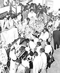 La foule rend un dernier hommage � Emmett Till le 3 septembre 1955. Sa m�re insista pour que le cercueil soit ouvert et que les fun�railles soient publiques