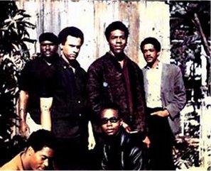 Les Black Panthers originaux (novembre 1966) : debout de gauche à droite : Elbert Howard, Huey P Newton, Sherman Forte et Bobby Seale ; accroupis : Reggie Forte et Little Bobby Hutton