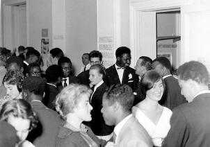 La réception du mariage réunit au 200 rue Belliard une foule d'amis noirs et blancs dans une atmosphère chaleureuse