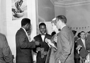 Thomas Kanza, au centre, bavarde avec les jeunes époux