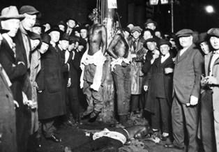 Dans le Sud, les lois Jim Crow s'accompagnaient des nombreuses exactions commises par les suprématistes blancs. Ici, un lynchage organisé par le KKK en 1920 dans le Minnesota