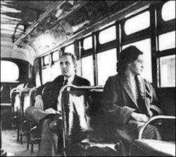Rosa Parks s'asseyant à l'avant d'un bus après la victoire