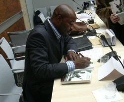 Charles Onana dédicaçant son livre