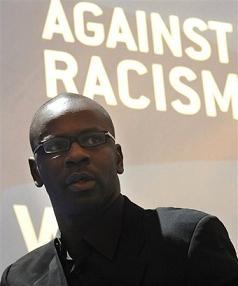 Lilian Thuram lors d'une conférence sur le racisme dans le football européen en Pologne le 4 mars