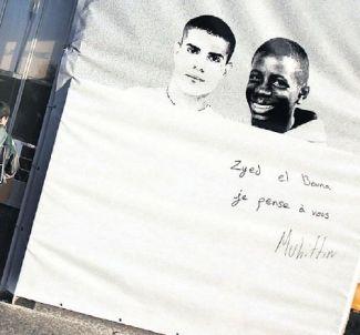 Une banderole à l'effigie de Traoré et Zyed morts à Clichy-sous-Bois le  27 Octobre 2005.