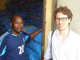 Alexandre Peisse  avec Souleymane Diallo, un des 1ers commerçants partenaires de Wontanara