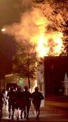 Des policiers non loin d'un incendie allum� par les �meutiers