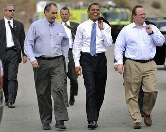 Barack Obama entouré de David Axelrod (à gauche) et Robert Gibbs (à droite)