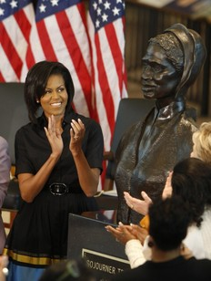 Michelle Obama applaudit le buste de Sojourner Truth