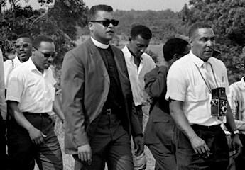 Ernest Withers a droite lors de la marche contre la peur en 1966. On reconnait notamment Martin Luther King à gauche et Stokely Carmichael