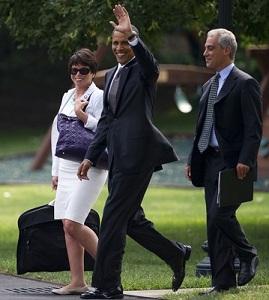 Barack Obama entouré de Rahm Emanuel et de Valerie Jarrett