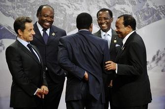 Nicolas Sarkozy, Ali Bongo, Denis Sassou Nguesso, Idriss Deby et Paul Biya discutent le 23 octobre lors du sommet de la francophonie