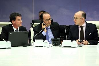 François Hollande en compagnie de Manuel Valls et Bernard Cazeneuve le vendredi 13 novembre à Paris
