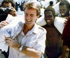 Bernard Kouchner déchargeant des sacs de riz en Somalie en 1992