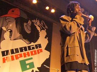 Le groupe Faso Kombat, l'un des rares groupes à avoir amené des instruments traditionnels sur scène. Ici une flûte lors du festival Ouaga Hip Hop 2006