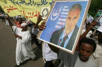Des manifestants brandissent un portrait de Luis Moreno Ocampo, procureur du CPI le 17 juillet à Kharthoum