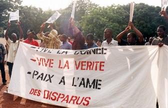 Des proches de victimes de la dictature sous SékouTouré manifestent à Conakry le vendredi 3 octobre