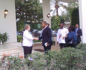 L'ambassadeur des Etats Unis au Cameroun, Janet Garvey, accueille ses invités pour l'investiture de Barack Obama