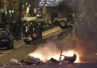 Une voiture renversée lors du clash entre la police et les manifestants anti-Kabila ce samedi à Bruxelles