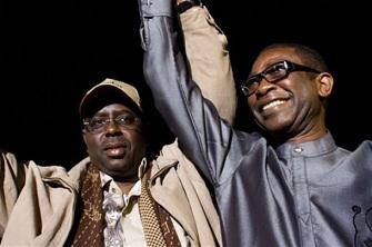Youssou Ndour avec Macky Sall lors du second tour de l'élection présidentielle au Sénégal
