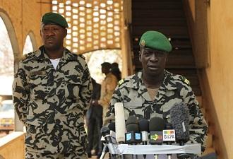 Le capitaine Sanogo (ici à droite)