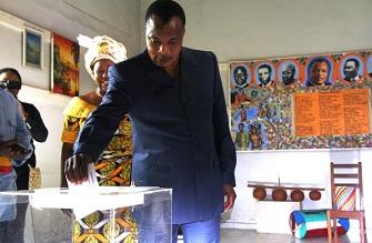 Denis Sassou Nguesso votant le 15 juillet 2012 à Brazzaville