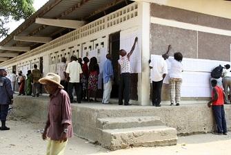 Des électeurs cherchant leur nom sur les listes électorales le dimanche 15 juillet 2012 à Brazzaville
