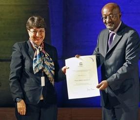 La mexicaine Rossana Arroyo reçoit son prix des mains de Getachew Engida, directeur général adjoint de l'Unesco