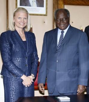 Ginni Rometty, PDG de IBM avec le président kenyan Mwai Kibaki à Nairobi le 13 août pour célébrer la création du 1er centre de recherche d'IBM en Afrique
