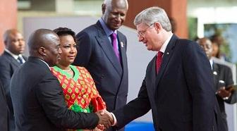 Joseph Kabila et son épouse Olive accueillent le premier ministre canadien Stephen Harper le 13 octobre 2012 en présence d'Abdou Diouf