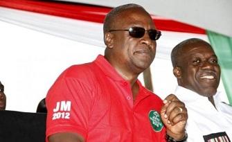 John Mahama (en rouge) et son vice-président Kwasi Amissah Arthur