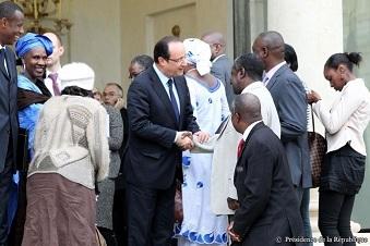 Avec des repr�sentants de la communaut� malienne de France � l'Elys�e
