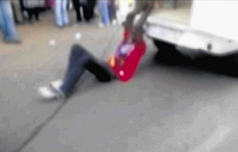 Mido Macia traîné derrière un fourgon de police