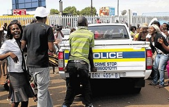 Manifestation devant le commissariat de police où Mido Macia aurait été battu à mort