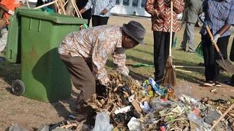 John Magufuli nettoyant les rues de Dar El Salaam le mercredi 9 décembre 2015