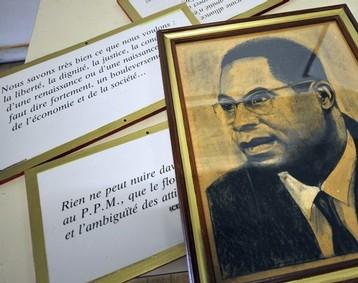 Portait d'Aimé Césaire dans un bureau du parti progressiste martiniquais qu'il avait fondé