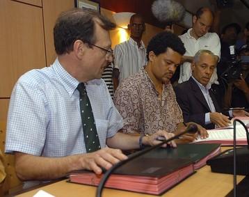 Victorin Lurel et Elie Domota lors d'une réunion avec le préfet de la Guadeloupe pendant les grèves de 2009