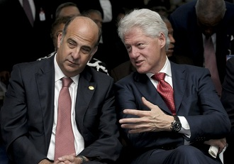 Bill Clinton et l'ambassadeur am�ricain en Ha�ti Kenneth H Merten lors de l'investiture de Michel Martelly