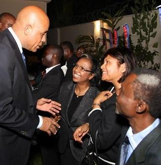 Michel Martelly avec des membres de la communauté haïtienne de RDC
