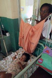 Fillette hospitalisée, souffrant du paludisme ( San Lorenzo en juillet 2007),  première cause de mortalité des enfants de mois de 5 ans en Afrique subsaharienne.