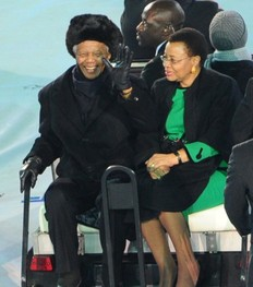 Nelson Mandela et son épouse Graça Machel faisant un tour d'honneur à l'occasion de la finale de la coupe du monde
